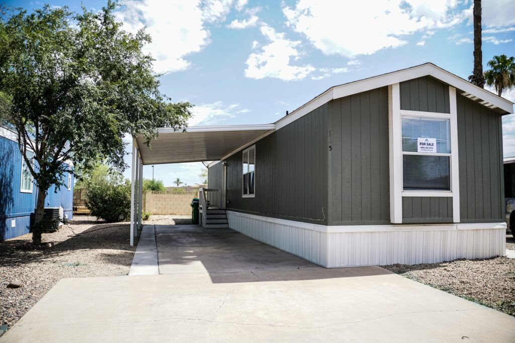 Bright and airy 2bd 2 ba in a Premier Family Community in the heart of Chander minutes from Loop 202 on Arizona Avenue is ready for you to call home!!!